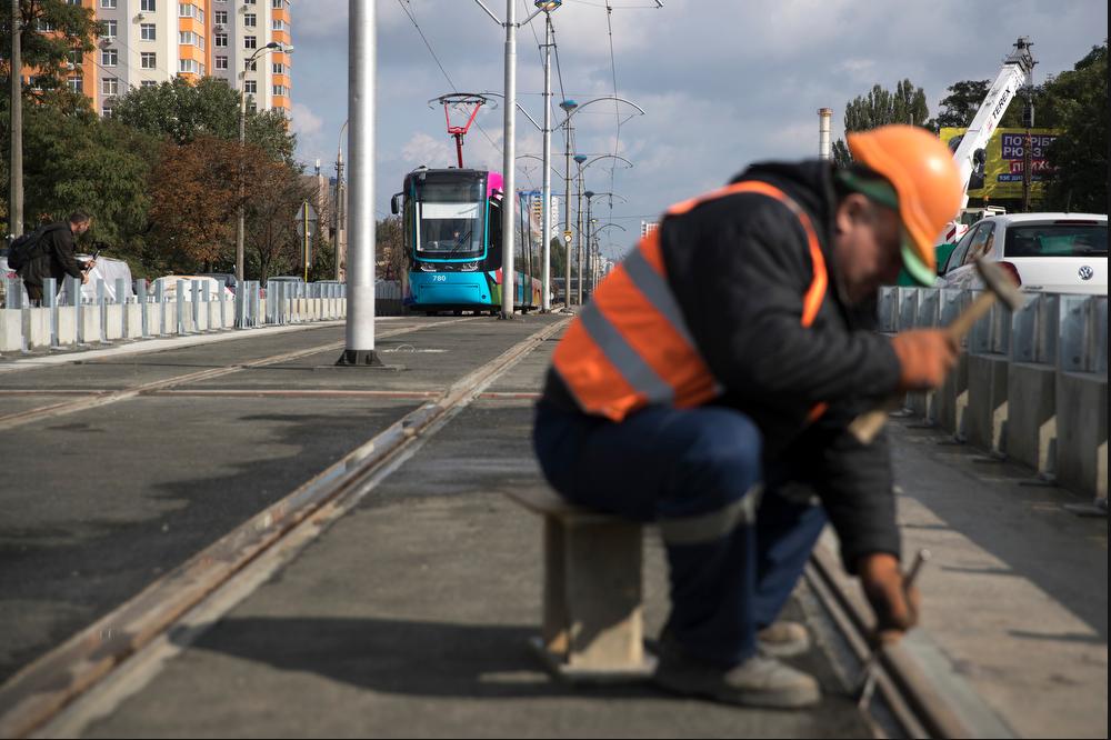 Screenshot_2019-09-29 Кличко перевірив, як відремонтували лінію швидкісного трамваю В понеділок там відновлять рух трамваїв(17).png