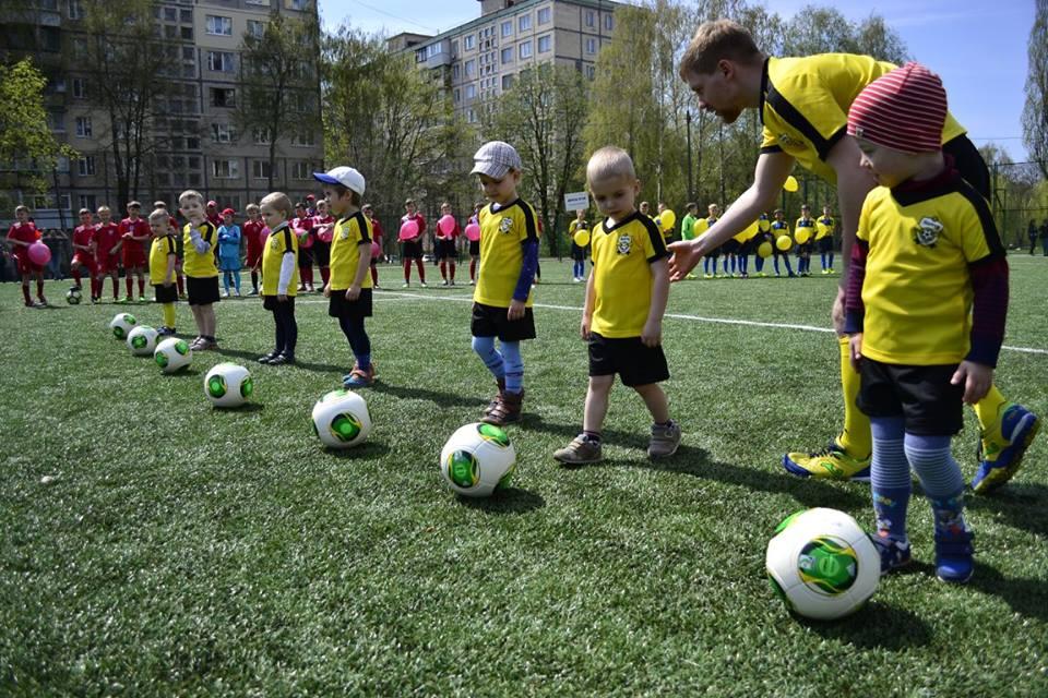 Понад 100 юних футболістів взяли участь у відкритті 15-го футбольного стадіону у Святошинському районі